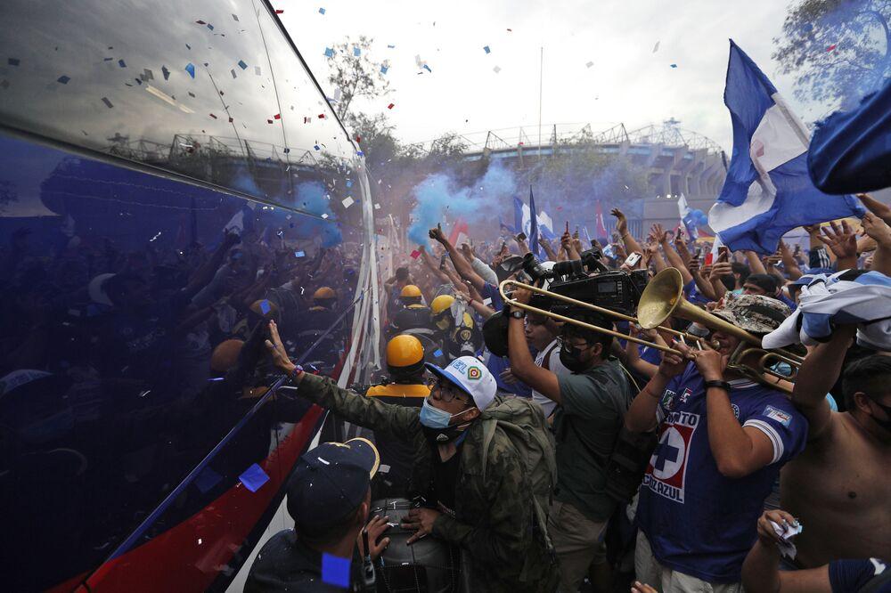 أنصار فريق نادي كروز أزول يحييون فريقهم لدى وصوله إلى المباراة النهائية من بطولة المكسيك لكرة القدم، ضد نظيره سانتوس في ملعب أزتيكا، في المكسيك، 30 مايو 2021