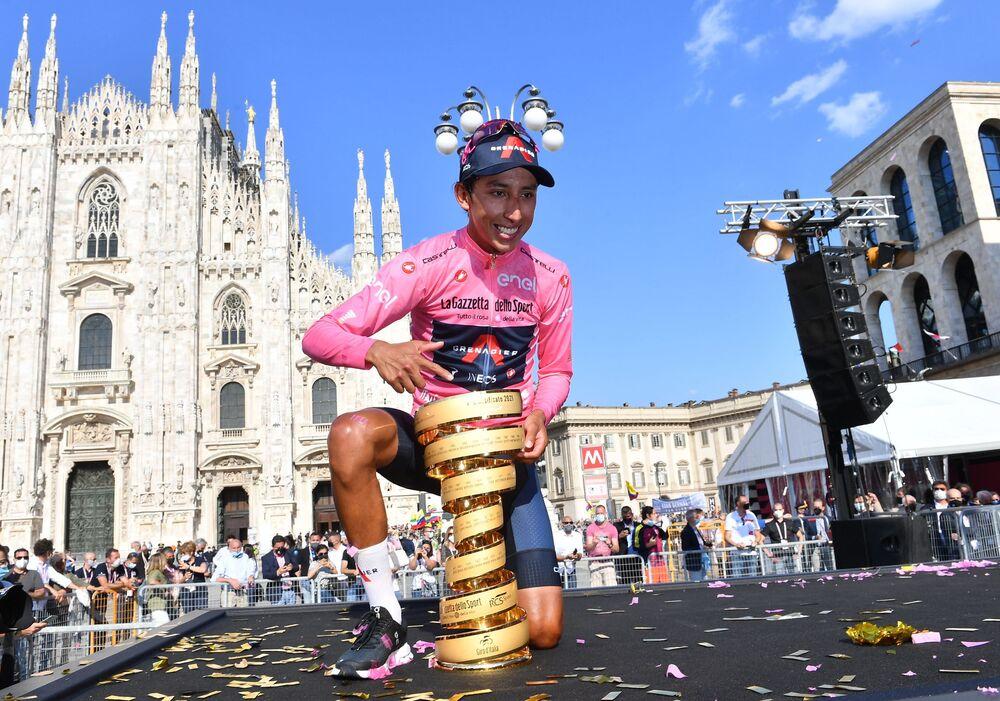 متسابق إينيوس غريناديرس إيغان أرلي برنال جوميز من كولومبيا مع الكأس أثناء احتفاله بفوزه بسباق جيرو دي إيطاليا، المرحلة 21 من سباق الدراجات، من سيناجو إلى ميلانو، إيطاليا في 30 مايو 2021