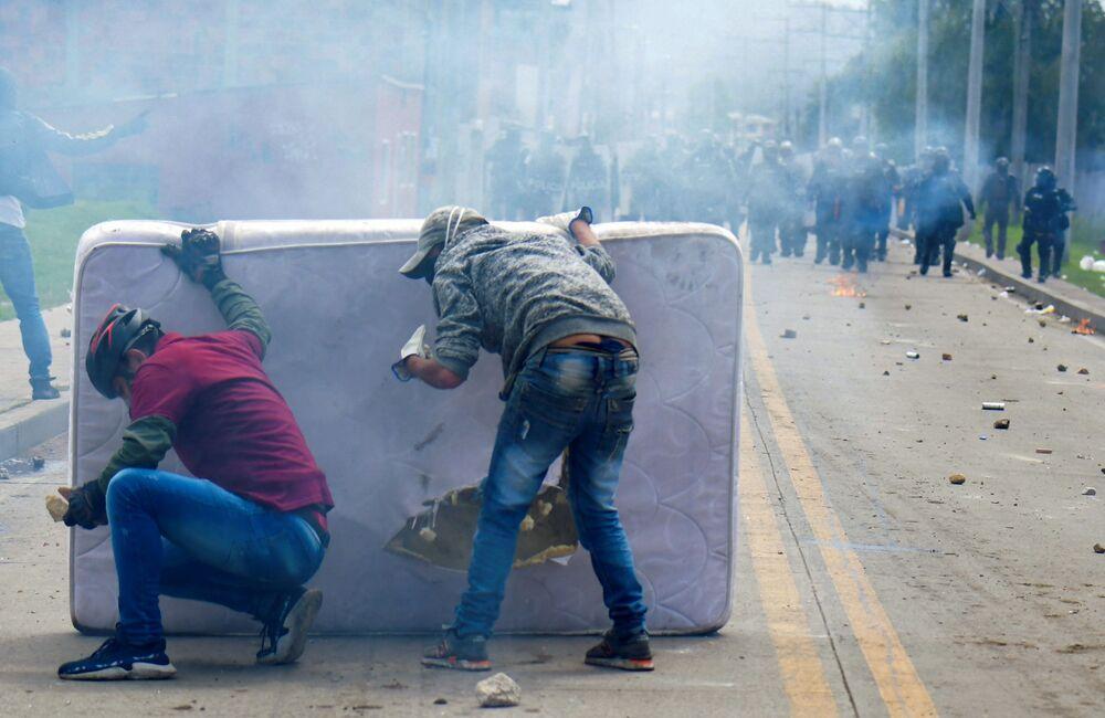 متظاهرون يختبئون خلف فراش أثناء الاشتباكات مع شرطة مكافحة الشغب، التي اندلعت خلال احتجاجات ضد حكومة الرئيس الكولومبي إيفان دوكي في فاتاتيفا، كولومبيا، في 31 مايو 2021
