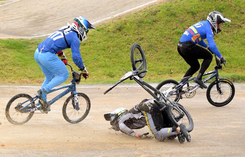 المتسابق كريستينز كريجرز (لاتفيا) أثناء سقوطه من دراجته في نهائي كأس العالم للسوبر كروس في بوغوتا، كولومبيا في 29 مايو 2021