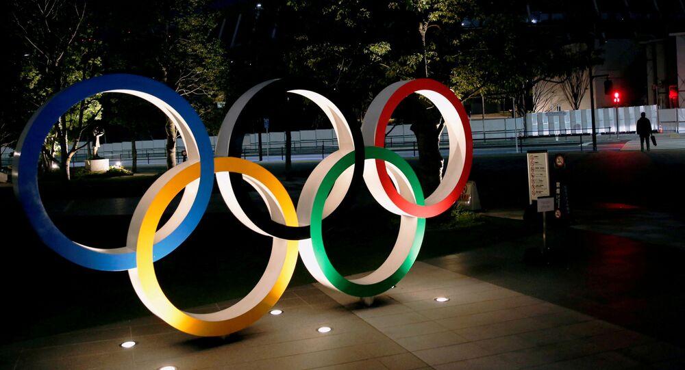 الحلقات الأولمبية أمام الملعب الوطني في طوكيو باليابان في 22 يناير/ كانون الثاني 2021