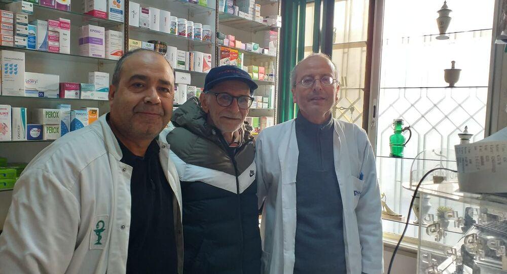 العربي لذيب الملقب بطبيب الفقراء في تونس بعد 40 عاما من القيام بعمله مقابل أجر رمزي