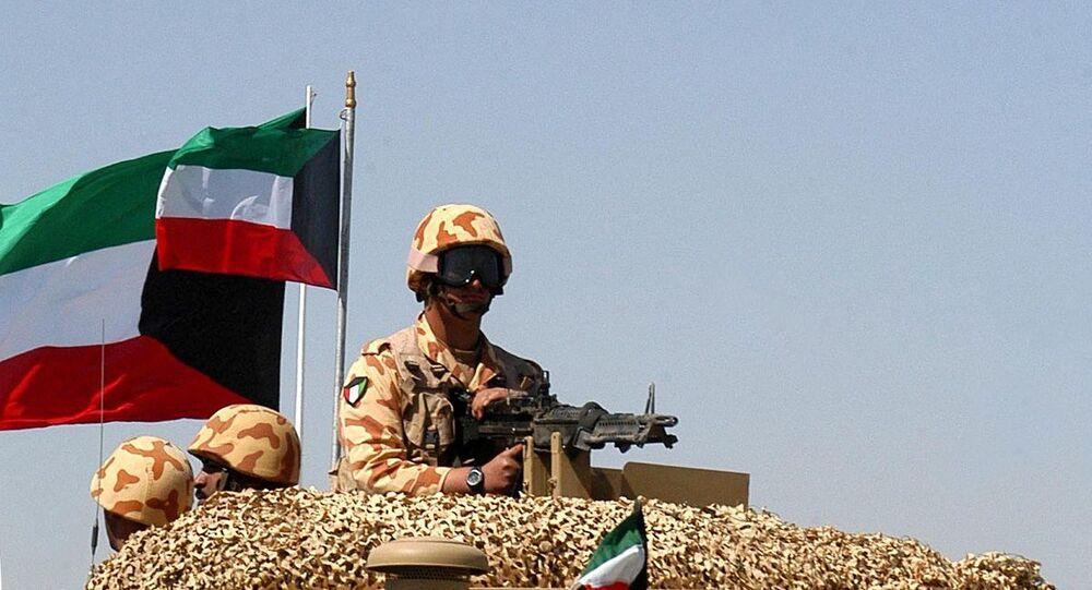 جندي كويتي على متن مركبة عسكرية أثناء تحليق طائرات حربية مشاركة في تدريب عسكري