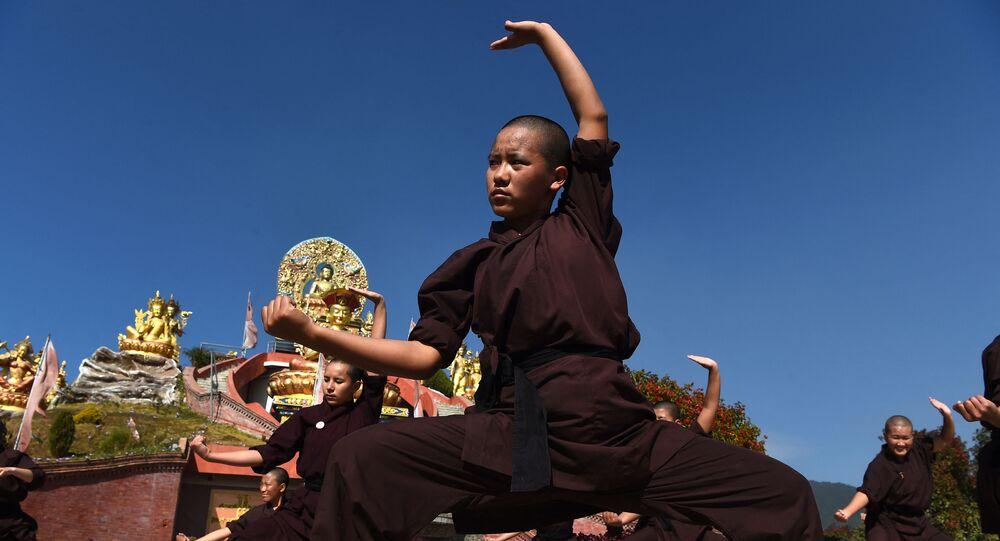 مجموعة من الشباب يمارسون رياضة كونغ فو في نيبال