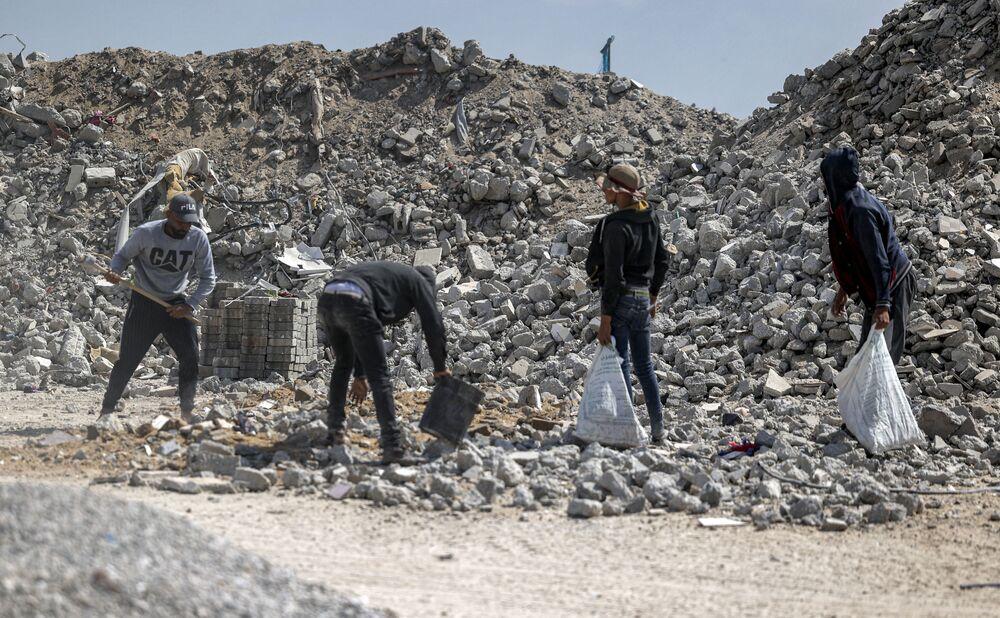 إزالة الركام في مدينة غزة