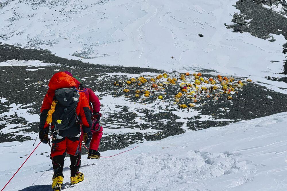 متسلقو الجبال على قمة جبل إفرست