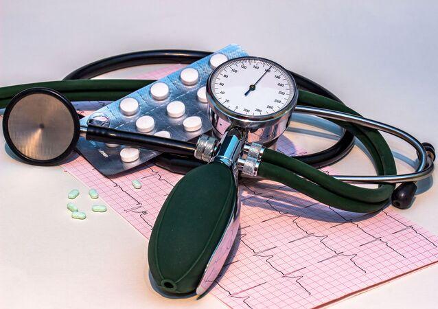 جهاز قياس ضغط الدم وحبوب الضغ