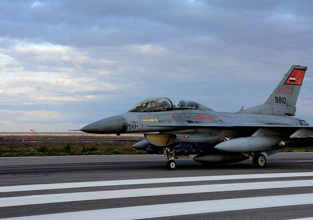 طائرة حربية مصرية لحظة الهبوط بإحدى المطارات العسكرية