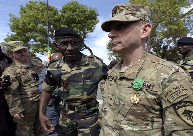 جنرال أمريكي خلال مشاركته في نسخة سابقة من مناورات الأسد الأفريقي التي تقودها الولايات المتحدة الأمريكية بمشاركة عدة دول أفريقية