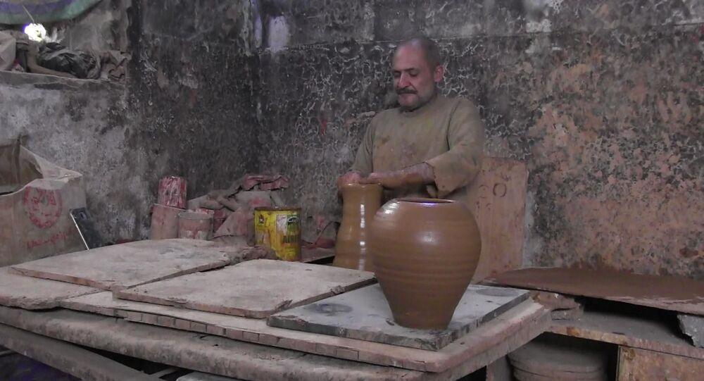 نادر الفاخوري معلم فخار يعود إلى حي الخالدية و ورشته
