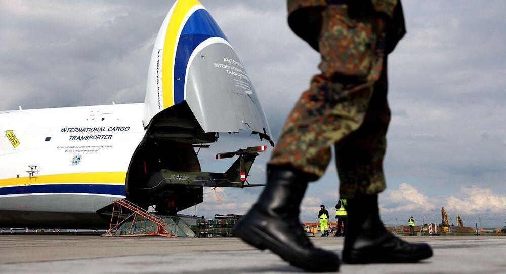 مروحية عسكرية ألمانية لحظة إنزالها من على متن طائرة شحن عسكري