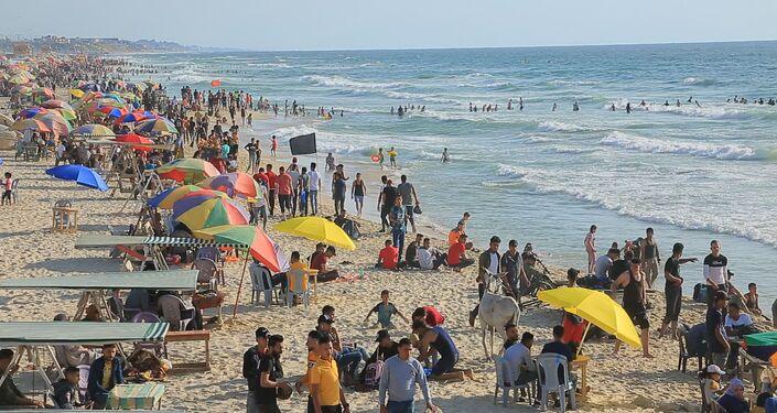 الغزاويون في الشواطئ بعد الحرب