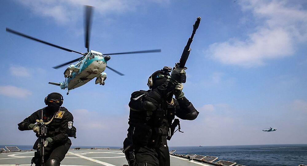 جنود تابعين لقوات الحرس الثوري الإيراني على متن سفينة حربية