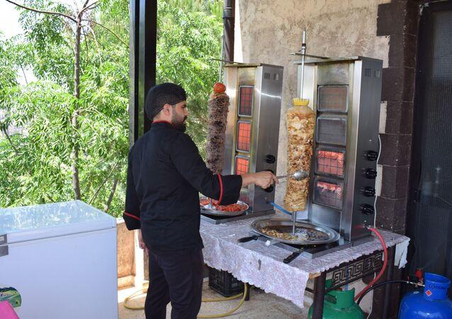 لبناني يواجه الأزمة الاقتصادية بتحويل منزله إلى مطعم