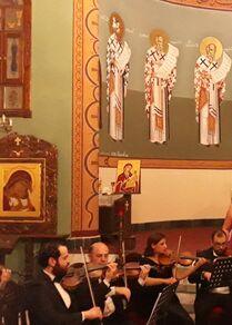 السوبرانو سمية حلاق ترنم عودة الحياة إلى أحياء حمص القديمة