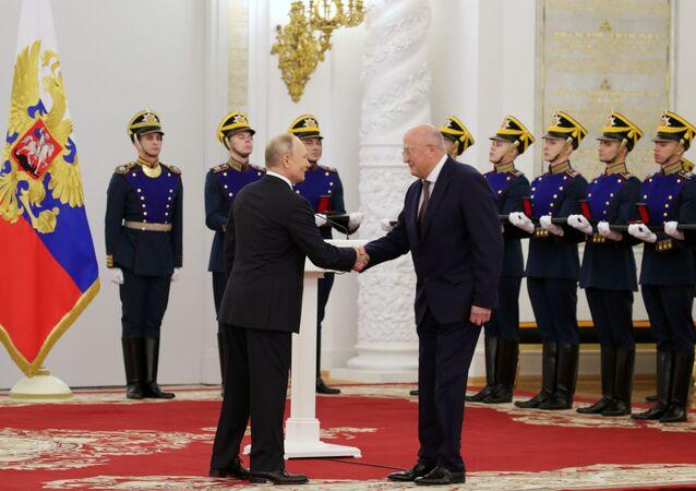 تقديم جوائز الدولة والميداليات الذهبية بطل العمل في روسيا الاتحادية من قبل الرئيس الروسي فلاديمير بوتين في الكرملين 12 يونيو/ حزيران 2021