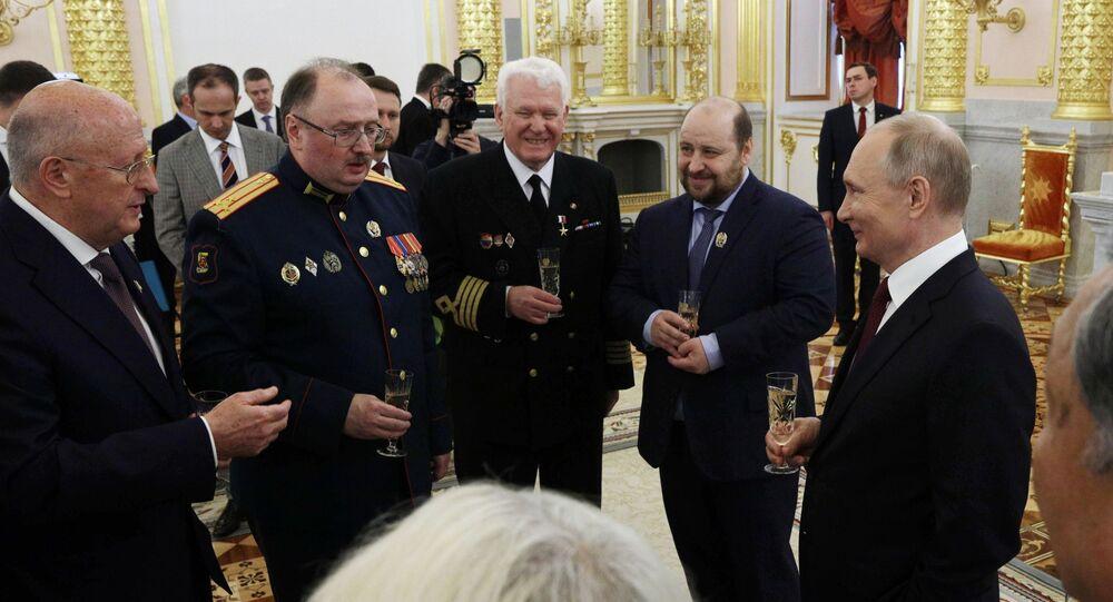 تقديم جوائز الدولة والميداليات الذهبية بطل العمل في روسيا الاتحادية من قبل الرئيس الروسي فلاديمير بوتين في الكرملين