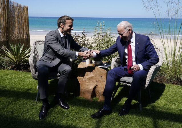 الرئيسان الأمريكي جو بايدين والفرنسي إيمانويل ماكرون على هامش قمة مجموعة السبع