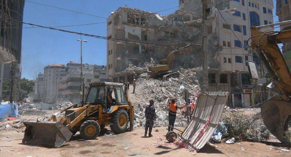 سكان قطاع غزة يعيدون تدوير أنقاض المنازل المدمرة استعدادا لعملية إعادة الاعمار