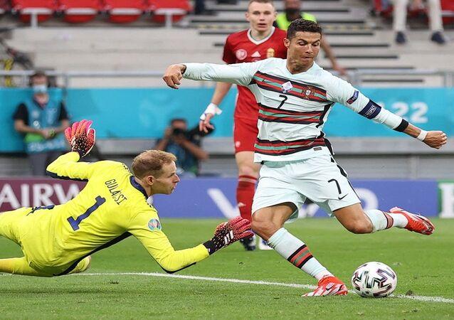 اللاعب البرتغالي كريستيانو رونالدو يسجل الهدف الثالث لمنتخب البرتغال في مباراته أمام المجر ببطولة أمم أوروبا 2020