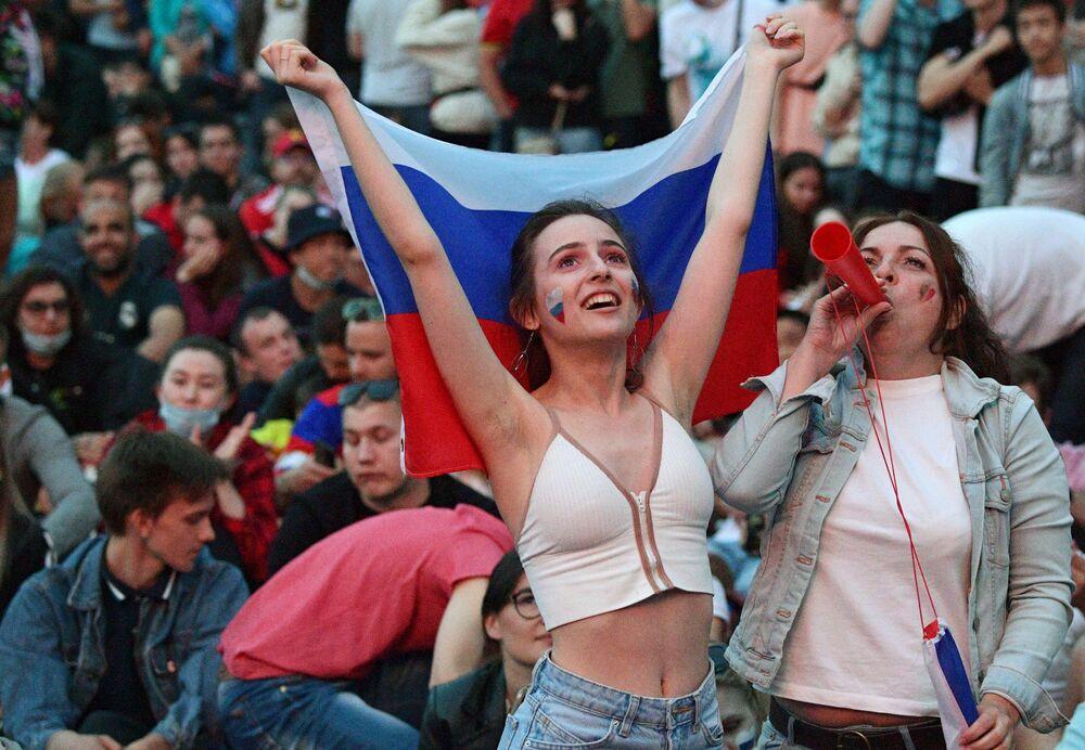 يشاهد المشجعون بث مباشر لمباراة دور المجموعات في بطولة أوروبا لكرة القدم 2020 بين منتخبي بلجيكا وروسيا في قرية كرة القدم يورو 2020 في سان بطرسبورغ.