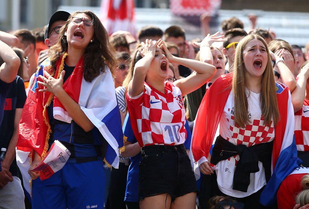 مشجعو منتخب كرواتيا يشاهدون مباراة المجموعة الرابعة في يورو 2020، إنجلترا ضد كرواتيا - زغرب، كرواتيا - 13 يونيو 2021