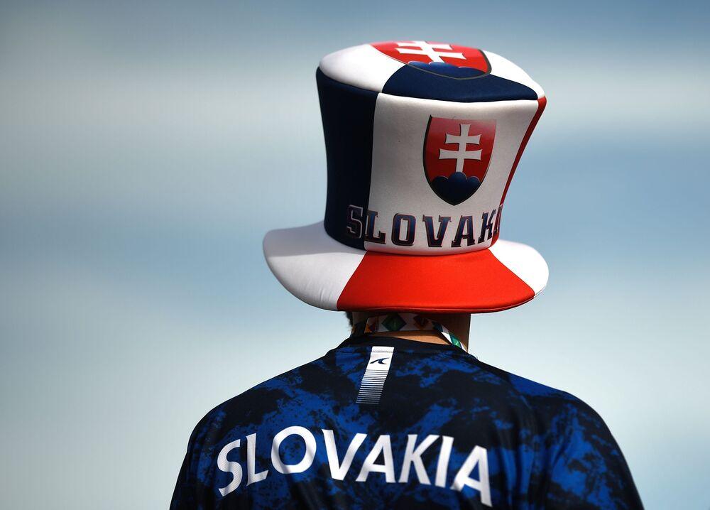 أحد مشجعي المنتخب السلوفاكي في منطقة المشجعين بملعب غازبروم أرينا قبل بدء مباراة بولندا - سلوفاكيا، في سان بطرسبورغ.