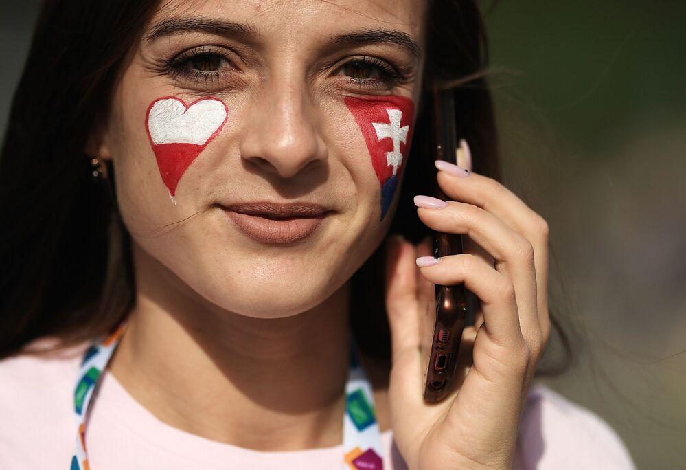 مشجعة المنتخب البولندي في منطقة المشجعين بملعب غازبروم أرينا قبل مباراة بولندا - سلوفاكيا في سان بطرسبورغ الروسية