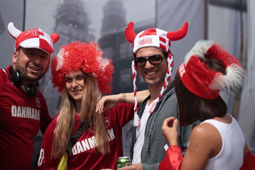 جماهير منتخب الدنمارك تقف خارج الملعب قبل بدء مباراة، المجموعة الثانية - الدنمارك - فنلندا، في ملعب باركين في كوبنهاغن، الدنمارك، 12 يونيو 2021