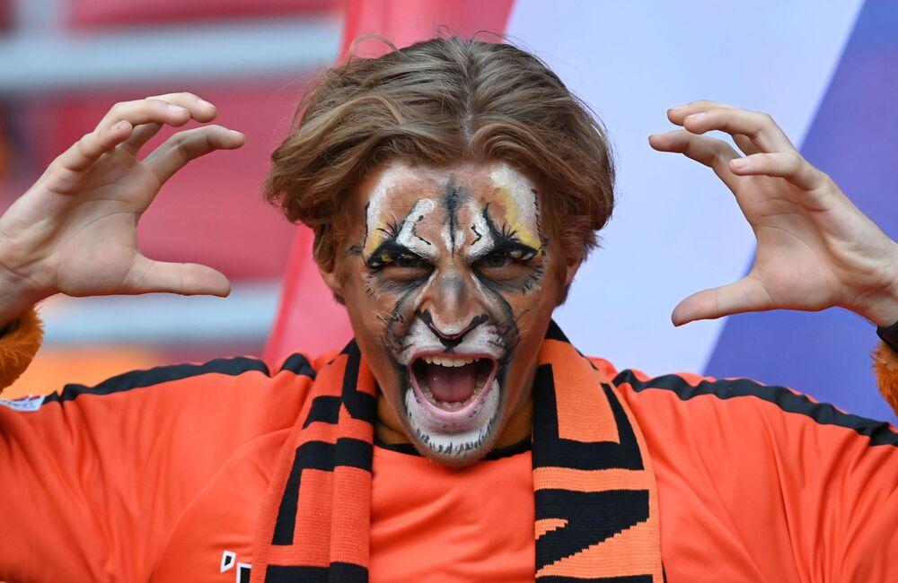 مشجع منتخب هولندا داخل الملعب قبل مباراة المجموعة الثالثة: هولندا - أوكرانيا، في ملعب يوهان كرويف أرينا في أمستردام، هولندا - 13 يونيو 2021