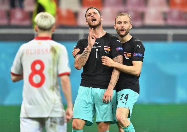 اللاعب النمساوي ماركو أرناوتوفيتش يوجه إهانة عنصرية للاعب من مقدونيا الشمالية خلال المباراة التي جمعتهما بالجولة الأولى لدور المجموعات لبطولة أمم أوروبا