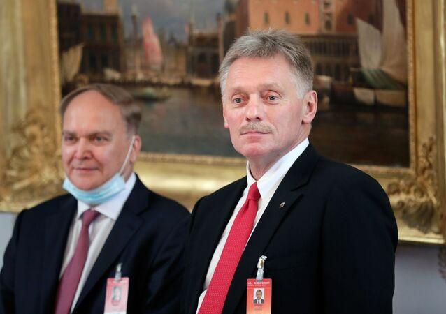 السكرتير الصحفي للرئيس الروسي دميتري بيسكوف والسفير الروسي لدى الولايات المتحدة أناتولي أنتونوف (إلى اليسار)  خلال محادثات بين الرئيس الروسي فلاديمير بوتين والرئيس الأمريكي جو بايدن في فيلا لا غرانج في جنيف 16 يونيو/ حزيران 2021.