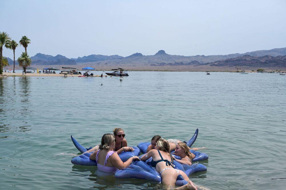مجموعة من الفتيات تسبح في مياه بحيرة هافاسو، أثناء موجة حر في ولاية أريزونا، الولايات المتحدة، 15 يونيو 2021