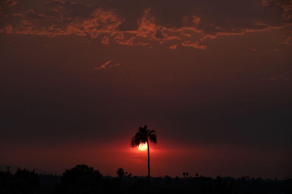 ظلت درجة الحرارة عند 110 درجة فهرنهايت (43.3 سلسيوس) عند غروب الشمس يوم 15 يونيو 2021 في فينيكس بولاية أريزونا الأمريكية