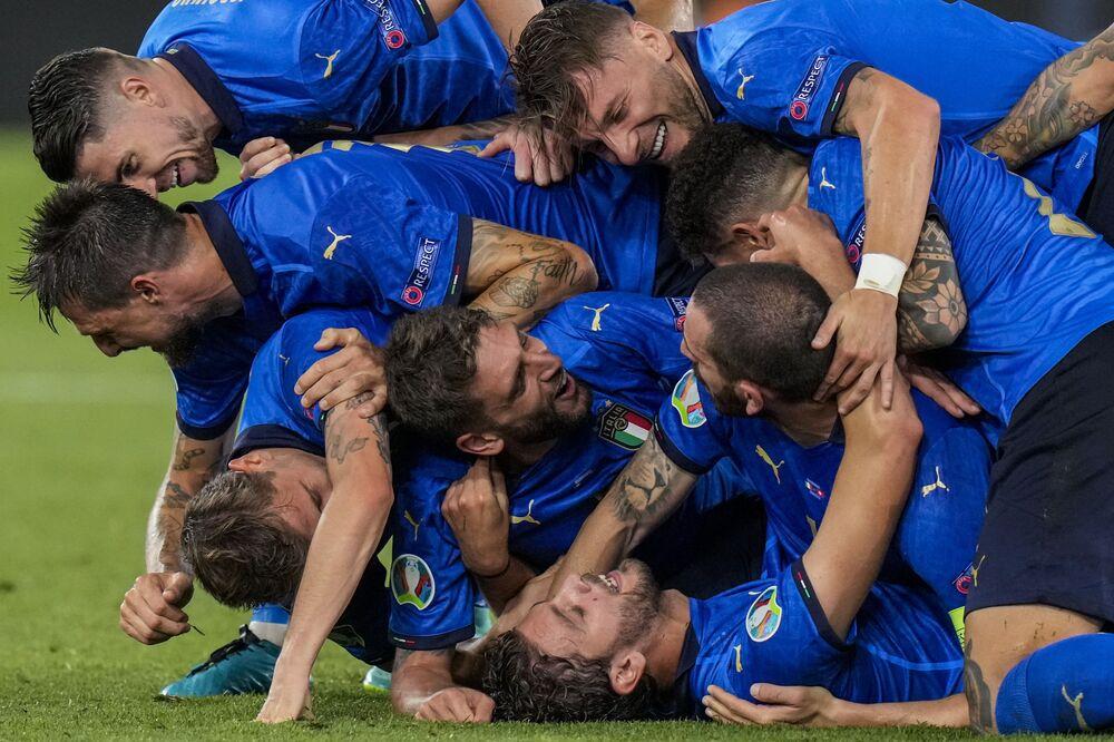لاعبو المنتخب الإيطالي يحتفلون بهدفهم الثاني خلال مباراة المجموعة الأولى في بطولة أمم أوروبا 2020 لكرة القدم، بين إيطاليا وسويسرا على الملعب أولمبكو في روما بإيطاليا، 16 يونيو 2021
