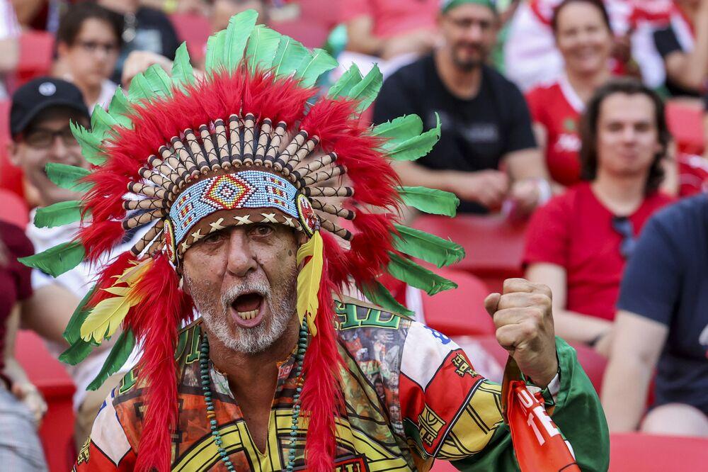 مشجع برتغالي يحضر مباراة المجموعة  F لبطولة يورو 2020 لكرة القدم بين المجر والبرتغال على ملعب فيرينك بوشكاش في بودابست، المجر، 15 يونيو 2021