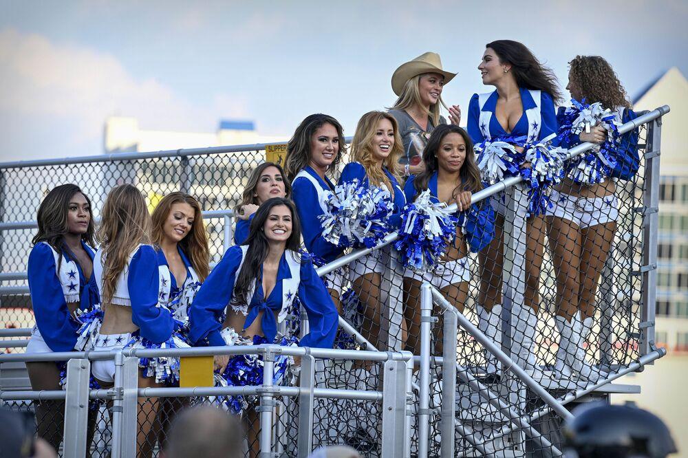 13 يونيو 2021: فورت وورث، تكساس، الولايات المتحدة الأمريكية - مشجعات فريق دالاس كاوبوي من حارة النصر خلال بطولة ناسكار أول ستار لسباق السيارات، في تكساس موتور سبيدواي