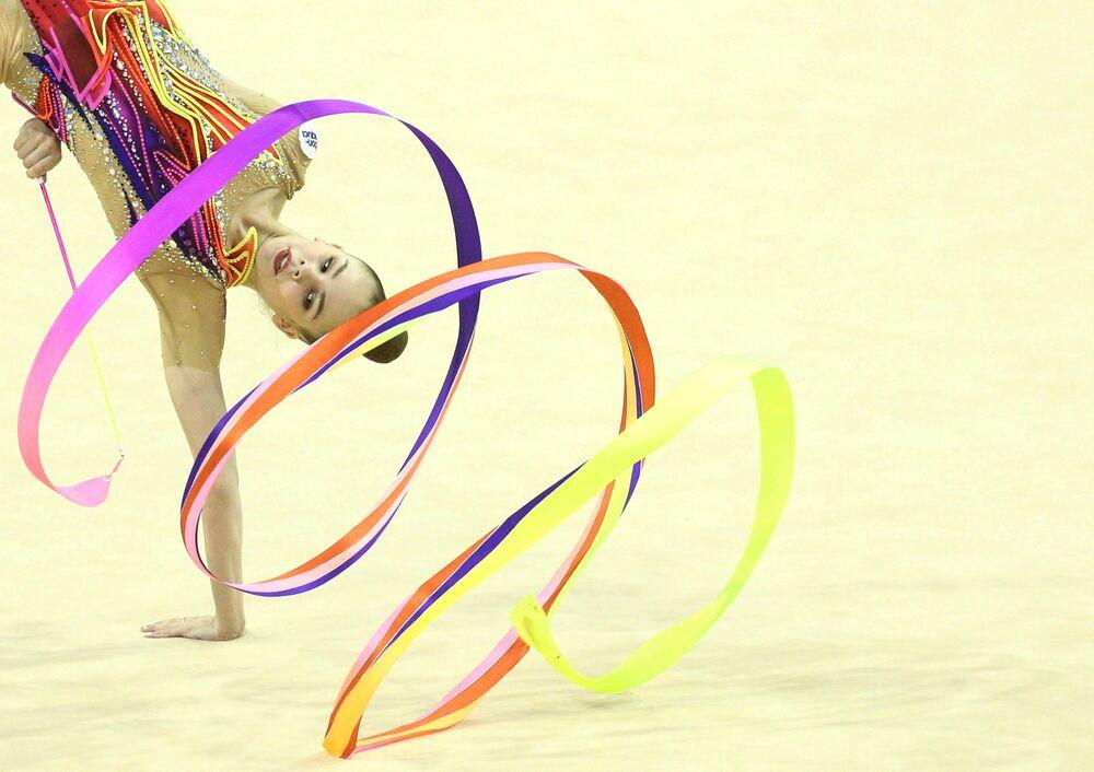 بطولة الجمباز الإيقاعي الأوروبية لعام 2021 - أناستازيا سالوس من بيلاروسيا خلال نهائي الشريط الفردي للجمباز الإيقاعي، في قصر الثقافة والرياضة، فارنا، بلغاريا، 13 يونيو 2021