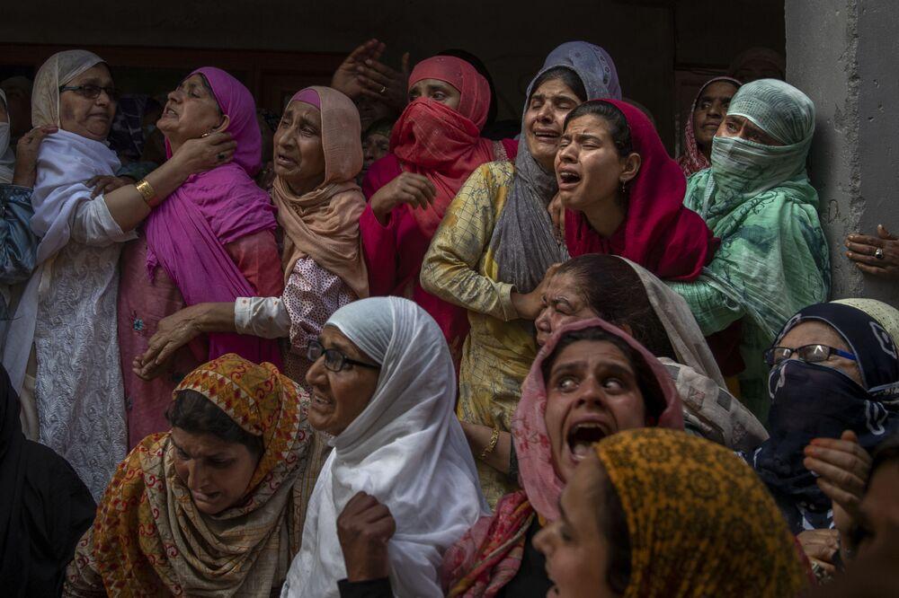 الأقارب والجيران ينتحبون خلال جنازة الشرطي وسيم أحمد، الذي قُتل في تبادل لإطلاق النار، على مشارف سريناغار، كشمير، 13 يونيو 2021