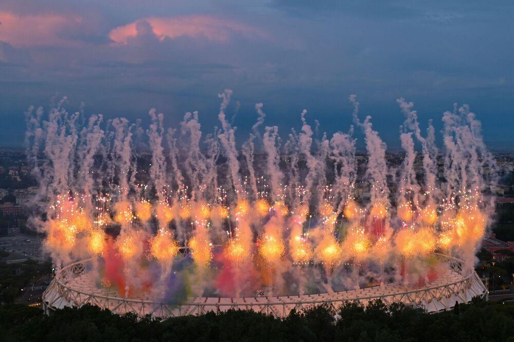 تم إطلاق الألعاب النارية فوق ملعب أولمبيكو في روما، في 11 يونيو 2021، كجزء من حفل افتتاح بطولة كأس الأمم الأوروبية يورو 2020 لكرة القدم، قبل انطلاق أولى ميارياتها بين منتخبي تركيا وإيطاليا.