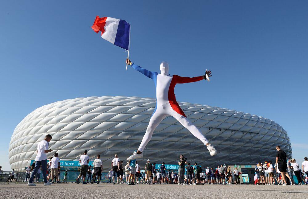 مشجعو المنتخب الفرنسي في يورو 2020 بالقرب من ملعب أرينا ميونيخ قبل بدء المباراة ضد نظيره الألماني، 15 يونيو 2021