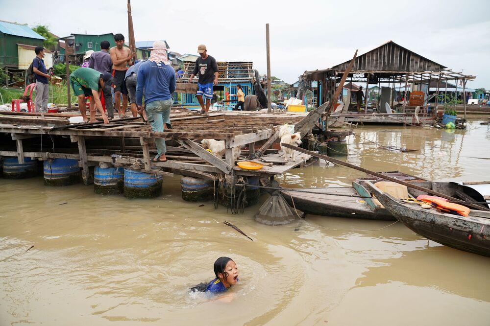 السكان يهدمون منازلهم العائمة على نهر تونلي ساب، وذلك بعد أن أُمروا بالمغادرة في غضون أسبوع واحد من إخطارهم من قبل السلطات المحلية في منطقة بريك بنوف، بنوم بنه، كمبوديا، 12 يونيو 2021