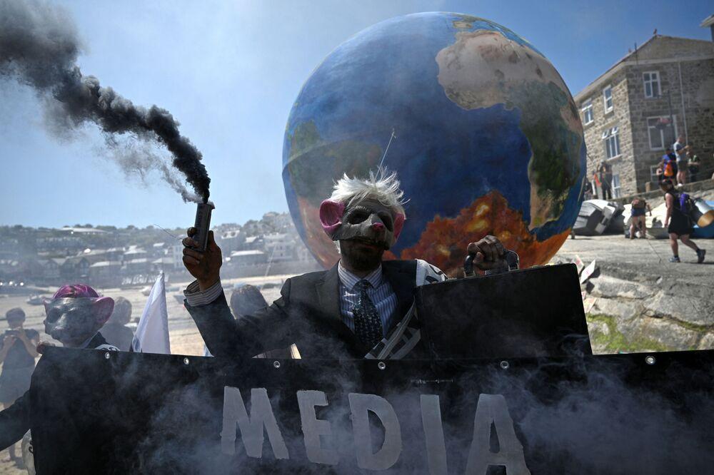 قدم نشطاء البيئة من حركة تمرد الانقراض عرضًا أثناء احتجاجهم في شوارع سانت إيفز، كورنوال خلال قمة محموعة السبع، في 13 يونيو 2021