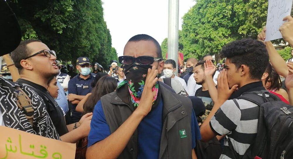 متظاهرون خلال مسيرة في شارع الحبيب بورقيبة بتونس للتنديد بقمع الشرطة للاحتجاجات الأخيرة