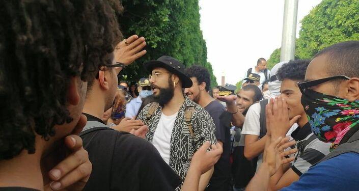 أحد المشاركين في مسيرة في شارع الحبيب بورقيبة بتونس للتنديد بقمع الشرطة للاحتجاجات الأخيرة