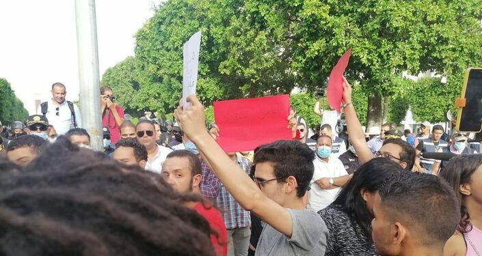 مسيرة في شارع الحبيب بورقيبة بتونس للتنديد بقمع الشرطة للاحتجاجات الأخيرة