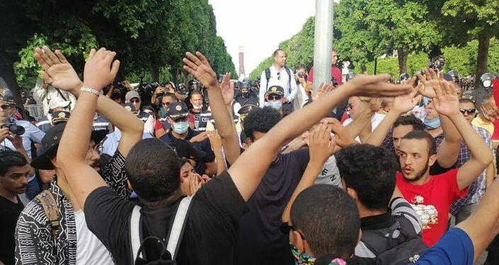 مسيرة في شارع الحبيب بورقيبة بتونس للتنديد بقمح الشرطة للاحتجاجات الأخيرة