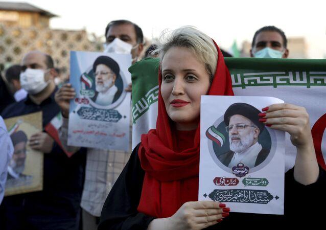 أنصار الرئيس الإيراني المنتخب إبراهيم رئيسي يحتفلون بفوزه في الانتخابات