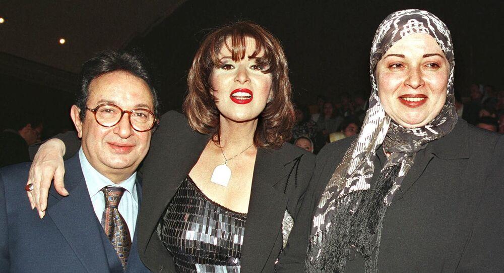 الفنانة نورا مع شقيقتها الفنانة بوسي وزوجها الفنان نور الشريف