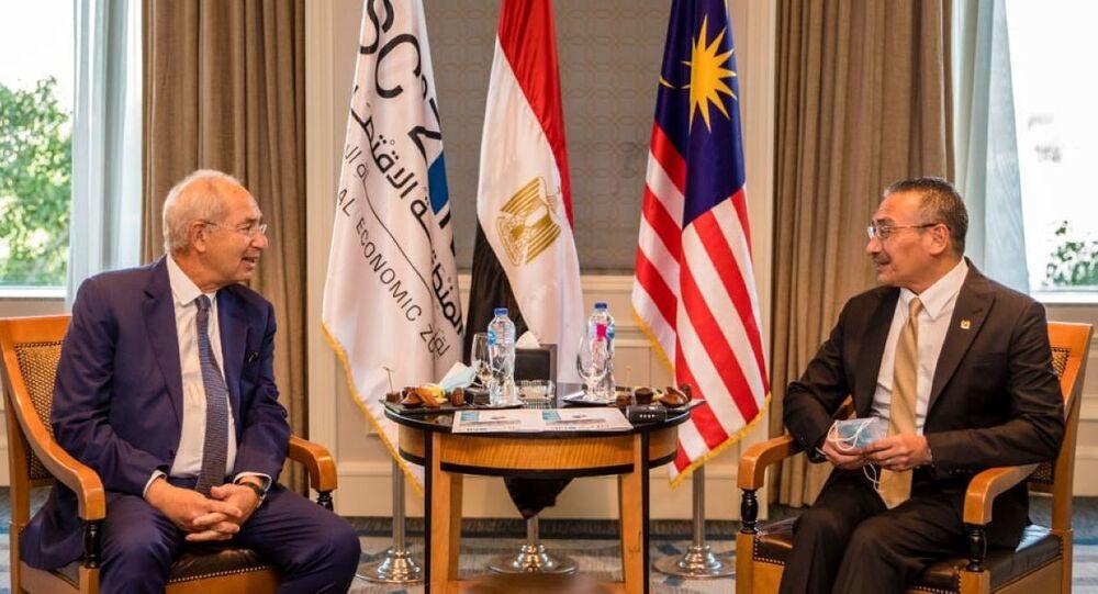 وزير خارجية ماليزيا هشام الدين حسين ورئيس المنطقة الاقتصادية بقناة السويس يحيي زكي